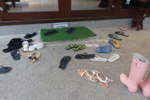 los zapatos en la puerta