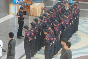 Formacion de la policia de la estacion para subir bandera