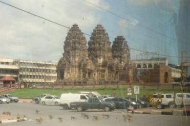 Aunque no esta muy bien echa la foto (estaba lejos y el tren en movimiento), si se aprecian los monos por la carretera. Dentro del templo estaba repleto de ellos.