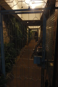 Puerta cerrada Hostal Baam Pim