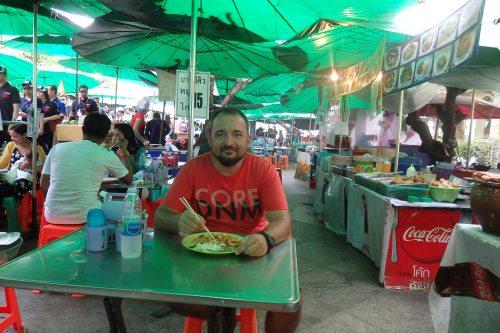 Yo comiendo en un garito en Bangkok