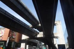 Es impresionante ver las estructuras sobre las que van estos trenes.