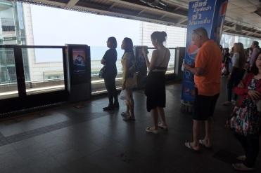 Los tailandeses son muy ordenados. En el suelo esta pintado donde se quedaran las puertas del tren y unas flechitas para hacer cola. Y todo el mundo hace cola en su respectiva puerta.
