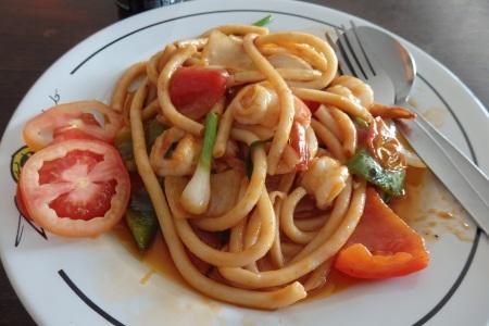 Pasta con langostinos y verduras.