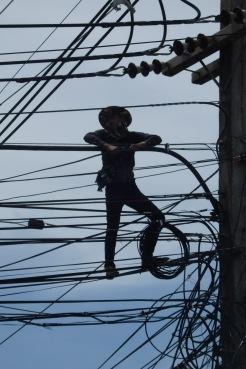 Uno del GRUMOCA tirando cables en Ayutthaya