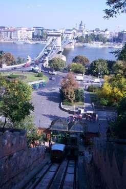 Vista del Puente de las Cadenas y del funicular, desde el Palacio Real de Buda