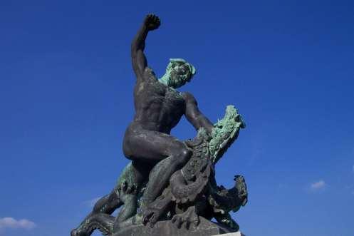 Estatua al pie de la Estatua de la Libertad que simboliza la lucha contra el mal.