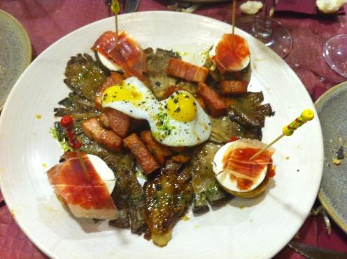 Setas con beicon, champiñón y huevos de codorniz