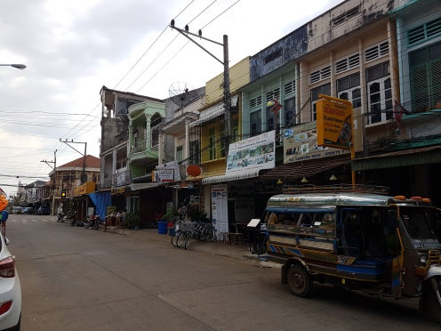 Esta es la mejor calle que he encontrado. Imaginad el resto. Varios sitios para comer y hasta una especie de cafetería.