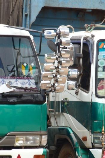 Parece que a algunos camioneros les gusta coleccionar espejos retrovisores ;)