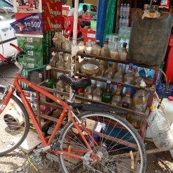 Ante la escasez de gasolineras, proliferan los puestos callejeros en donde puedes comprarla embotellada.