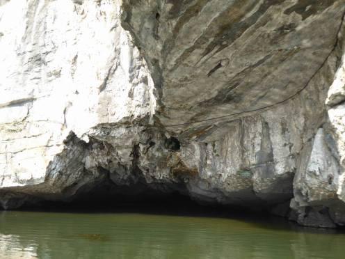 Esa es una de las cuevas por las que hay que pasar con la barca. Como veis muy alta no es que sea.